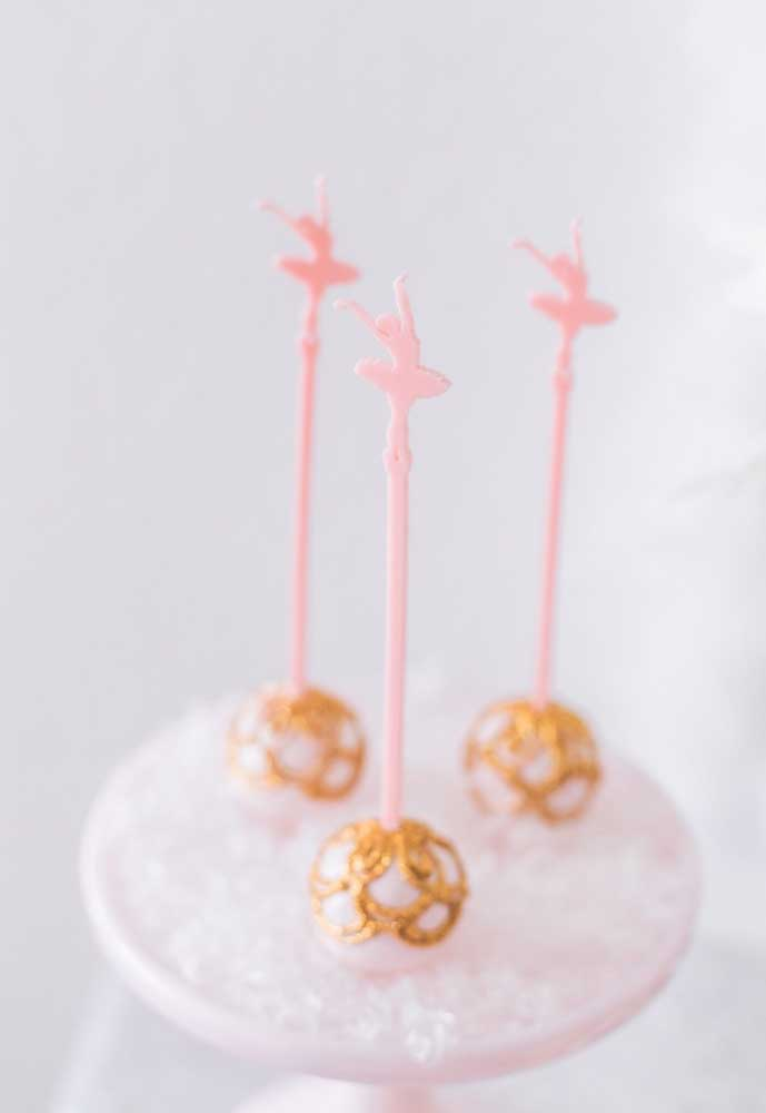 Para personalizar o cake pop, use muito brilho dourado e um palito com uma bailarina na ponta.