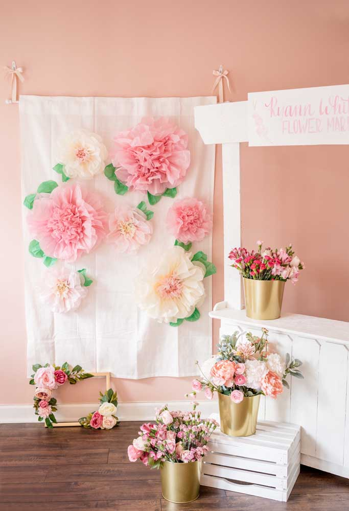 Se você quer fazer uma decoração mais simples, sem perder a delicadeza do tema, use bastante flores de tamanhos e formatos diferentes.