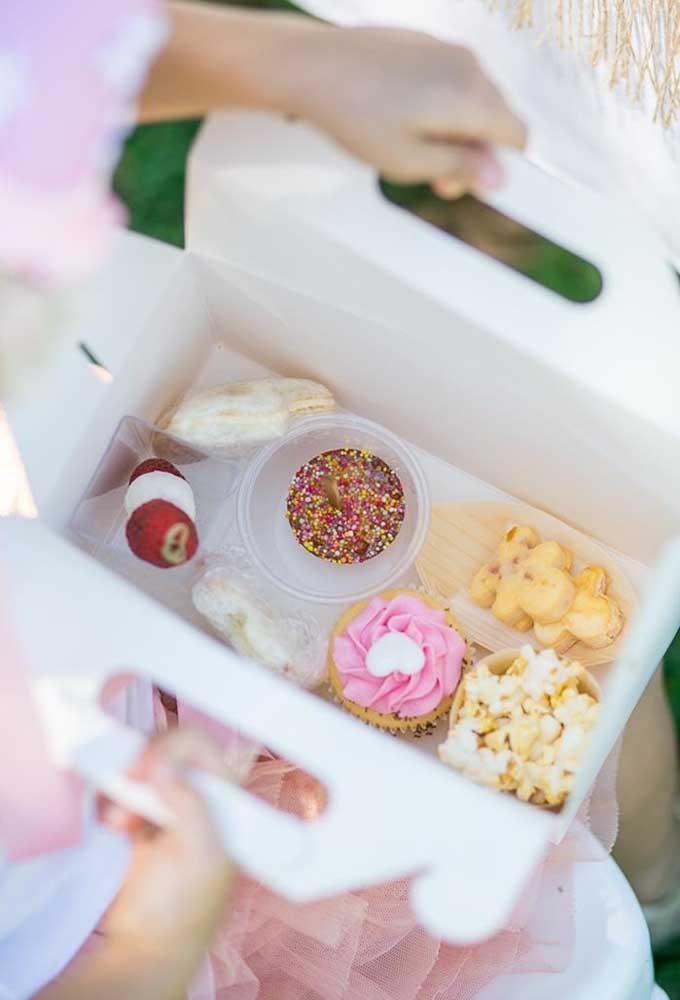 Uma boa dica é fazer um kit lanche para as crianças. Você pode colocar tudo dentro de uma caixa personalizada.