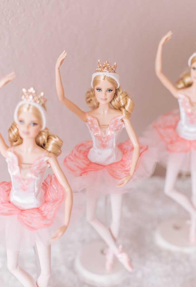 Para quem tem várias bonecas da Barbie, pode vesti-las como se fossem bailarinas e colocar na decoração da festa.