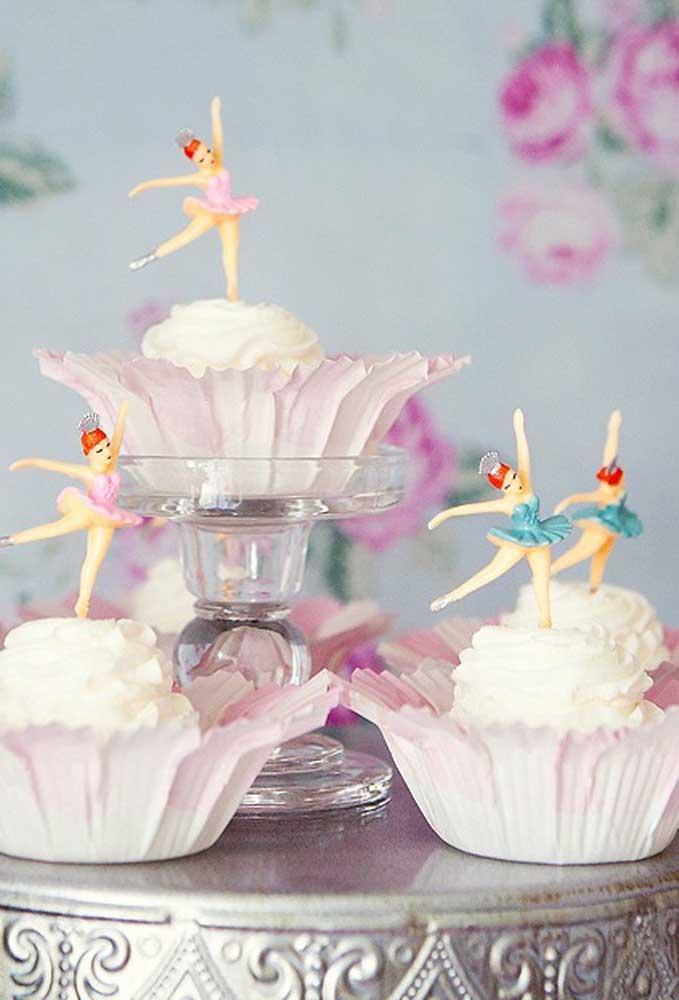Use muitas bonecas bailarinas para decorar o aniversário até mesmo no topo dos cupcakes.