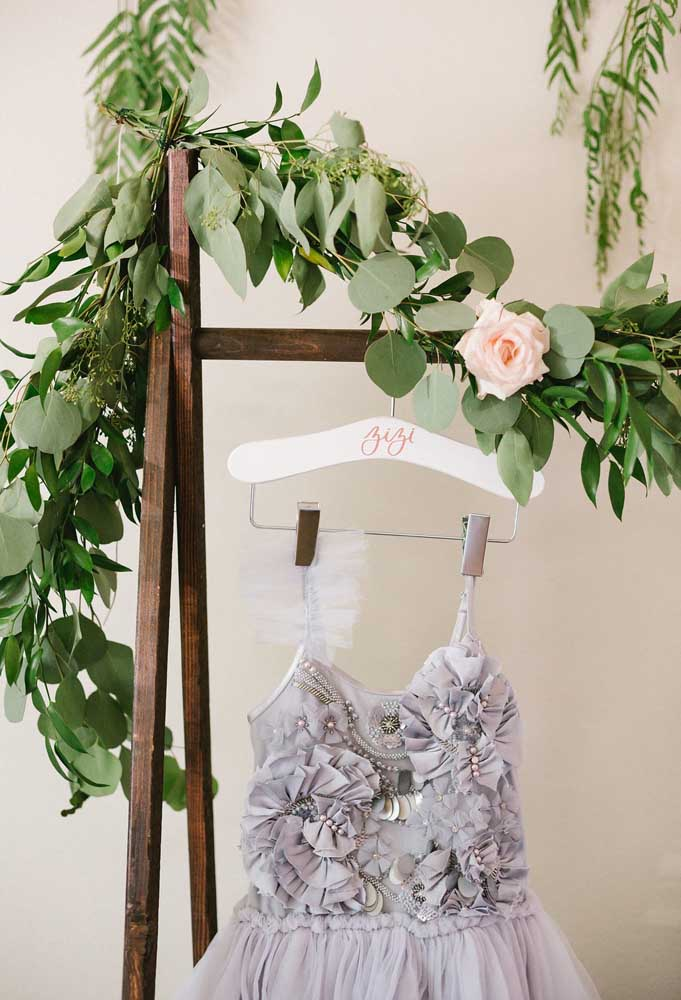 Use as roupas reais de bailarina para fazer uma decoração diferente. Você pode pendurá-las em diversas partes do cenário.