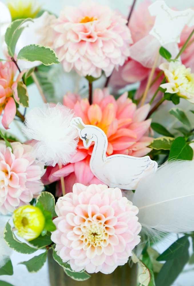 Impossível ver um cisne e não lembrar da bailarina. Portanto, use e abuse dele na hora de fazer a decoração da festa.