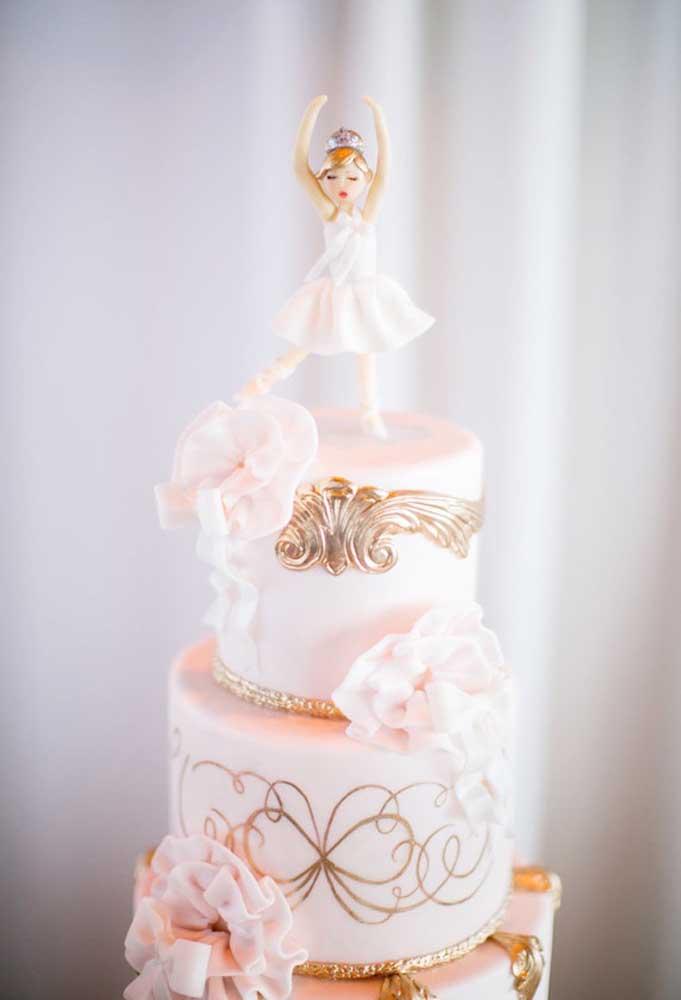 Com o tema bailarina você consegue fazer um bolo mais tradicional, mas que reúna elementos decorativos mais sofisticados.