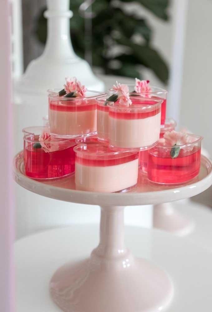 Invista em embalagens personalizadas para colocar as sobremesas da festa como esse modelo no formato de coração.