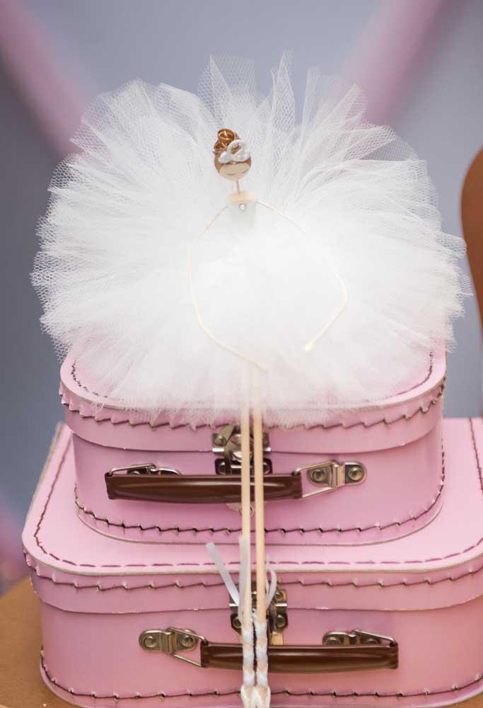 Na festa com o tema bailarina você também pode usar algumas malas para fazer a decoração.