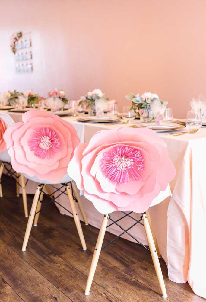 O papel é uma ótima opção para usar na decoração. Com ele você pode criar flores como essas que ficam perfeitas para decorar as cadeiras da festa.