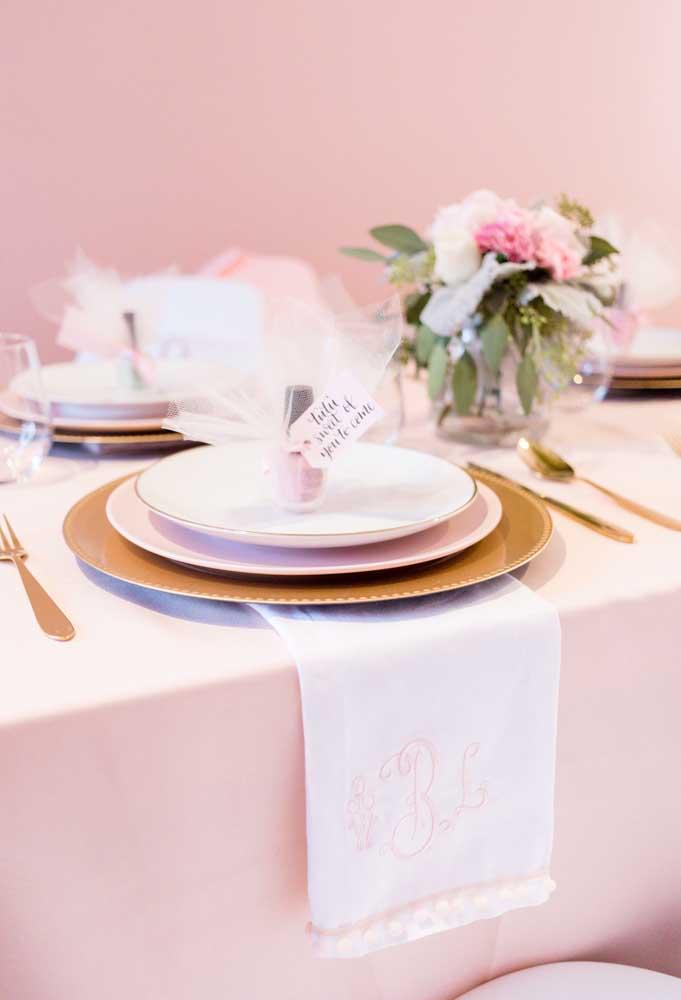 Já na mesa dos convidados você colocar as lembrancinhas da festa embaladas em tecidos que lembram o traje da bailarina.