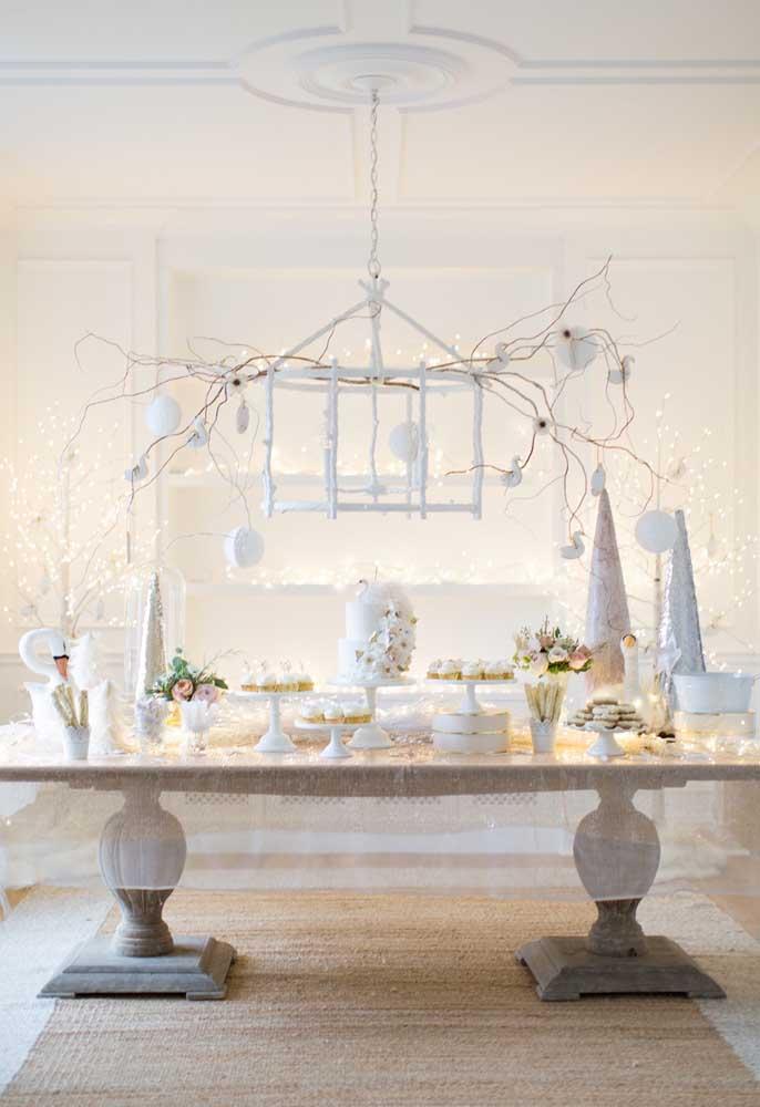 Se você quer uma decoração mais clean e que transmita tranquilidade, opte por usar a cor branca e capriche nas luzes.