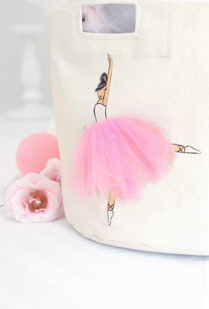 Se você prefere produtos mais artesanais, pode fazer bolsas de tecidos e bordar uma bailarina.