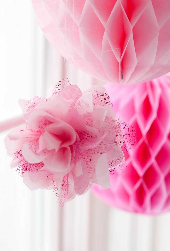 As flores artificiais podem ser feitas com materiais bem baratos, deixando a decoração da festa mais econômica.