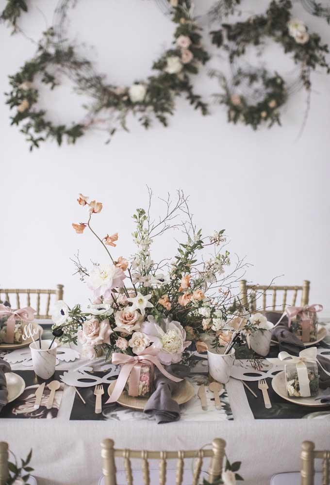 Mas é possível fazer uma mistura de flores naturais com artificiais no arranjo que vai decorar a mesa dos convidados.