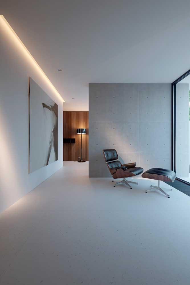 O ambiente minimalista apostou em uma iluminação integrada ao forro de gesso