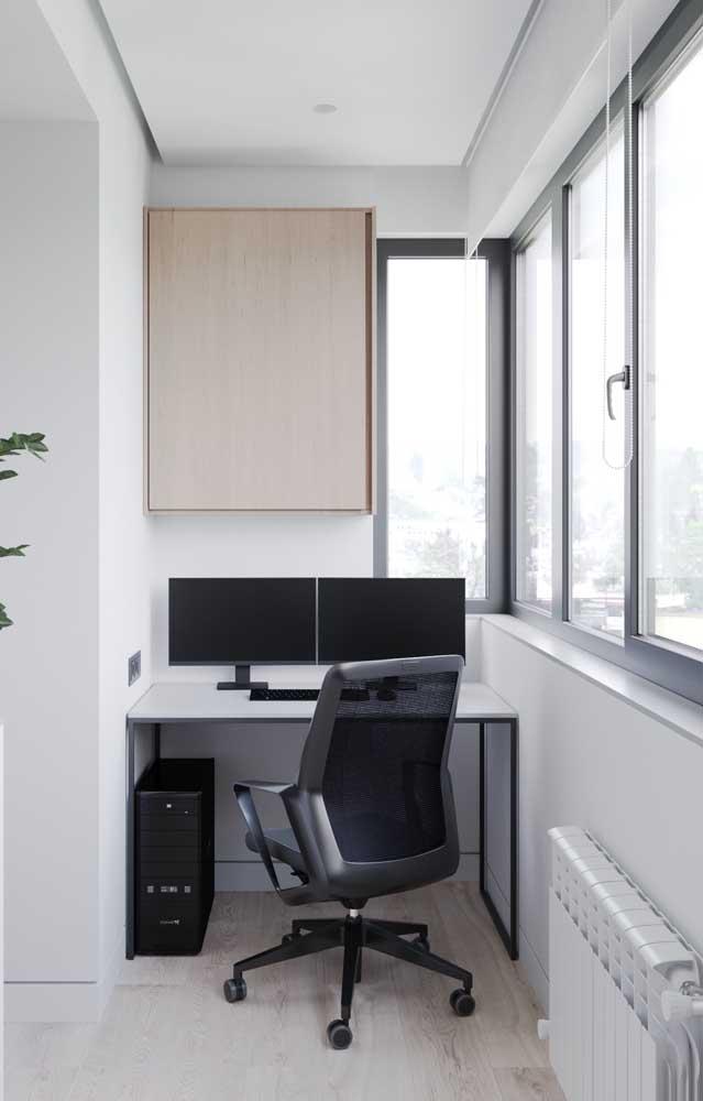 Home office na varanda com forro de gesso; o acabamento tabicado foi o escolhido aqui
