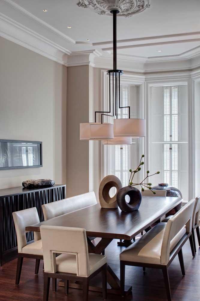 Molduras lindíssimas para o forro de gesso da sala de jantar; destaque para a moldura decorada que acompanha o lustre