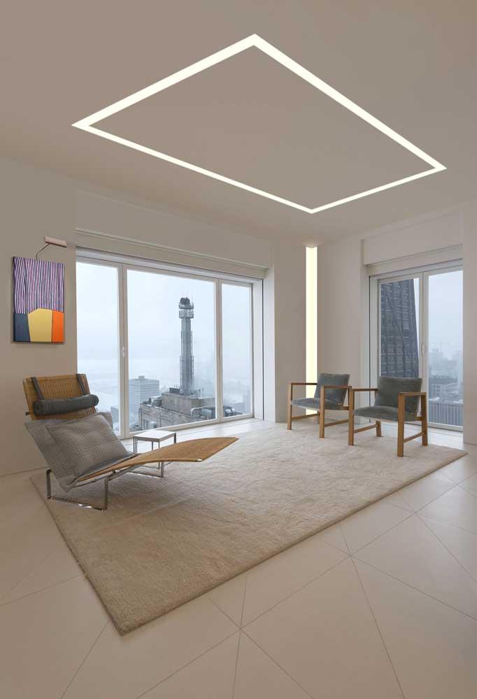 Uma ideia moderna e minimalista de iluminação para tetos com forro de gesso; em um forro de PVC isso já não seria possível