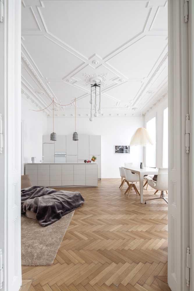 A atenção desse ambiente se volta para o teto de gesso perfeitamente decorado com motivos clássicos