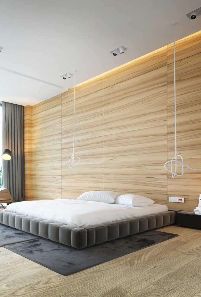 O forro de gesso tabicado não competiu com a beleza do revestimento em madeira do quarto do casal