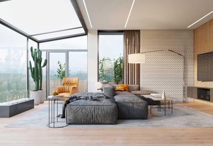 Aqui, o forro de gesso compartilha espaço com o teto de vidro; um ambiente inspirador