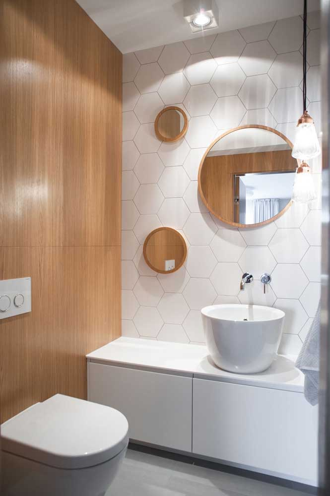 Linhas retas e acabamento clean nesse gabinete de banheiro branco que também tem função de bancada
