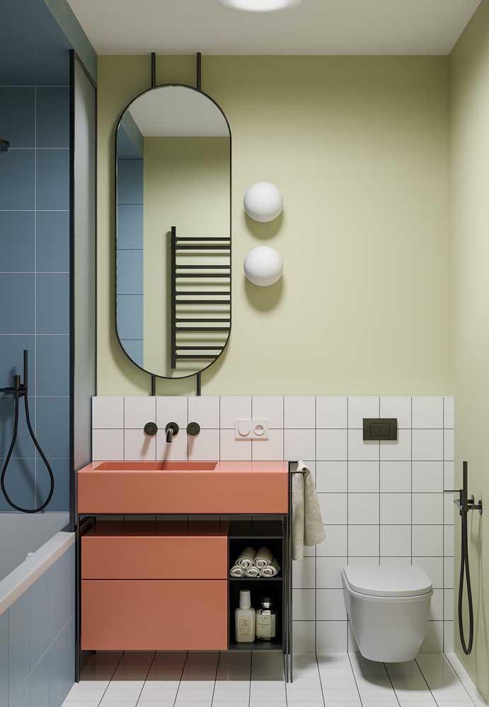 Living Coral, a cor do ano 2019, traz seu charme para o gabinete desse banheiro com nichos abertos