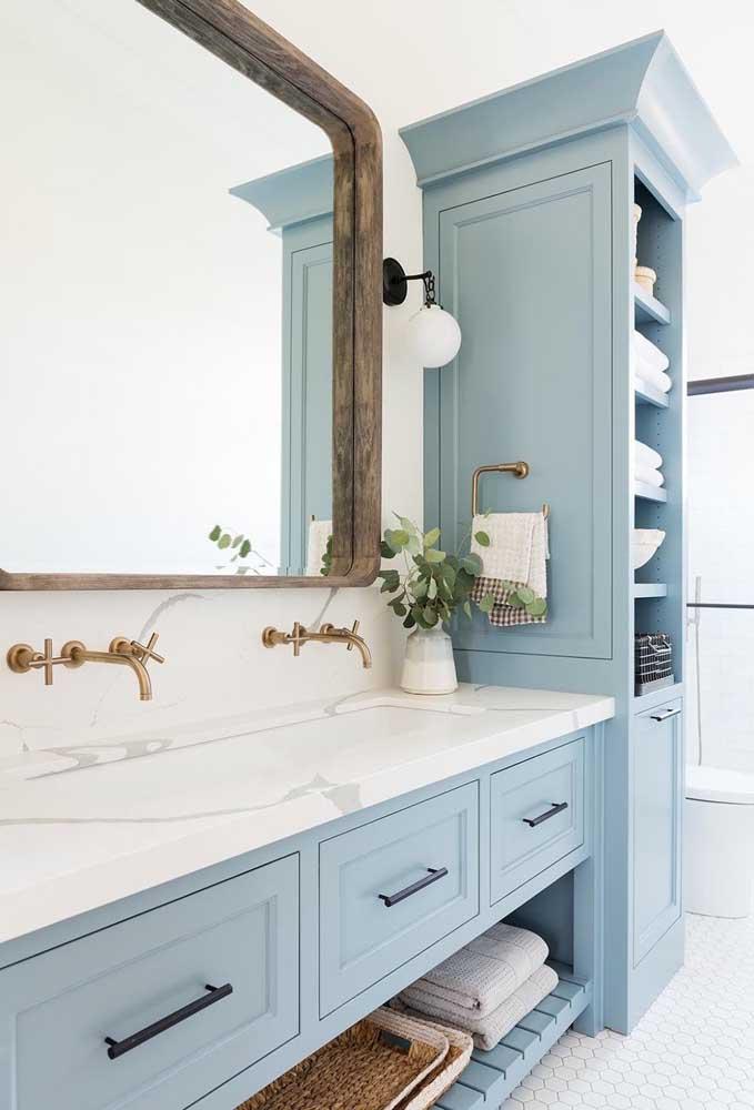 Gabinete de banheiro em marcenaria clássica, mas que ganhou um design moderno ao usar nicho aberto
