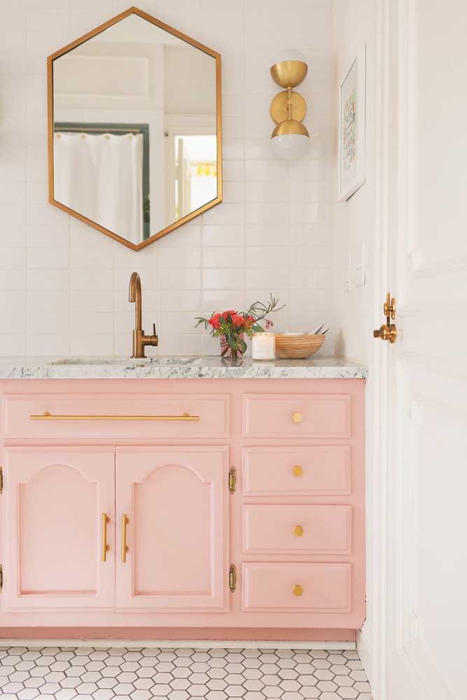 Proposta romântica e delicada nesse banheiro com gabinete rosa e puxadores dourados; perceba como o móvel é importante na decoração