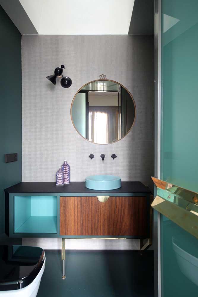 O retrô e o moderno se encontram nesse gabinete de banheiro azul