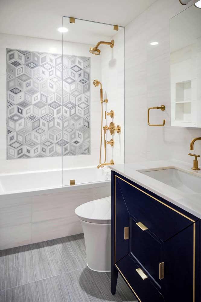 Um luxo esse banheiro branco com gabinete azul marinho e detalhes em dourado