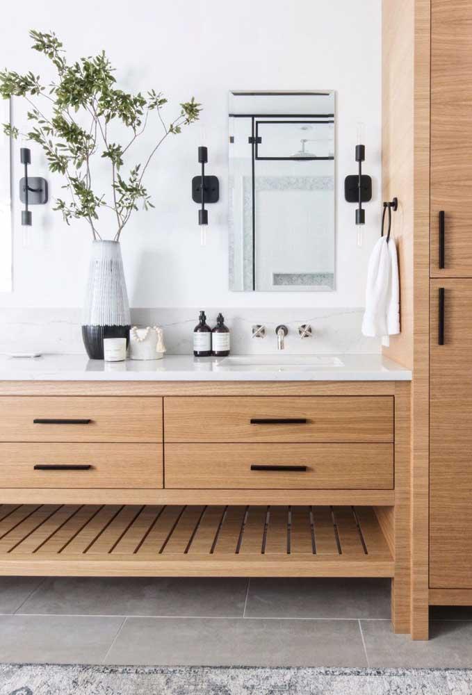 Os tons claros de madeira são uma ótima pedida para banheiros de decoração neutra, especialmente quando eles vêm combinados ao branco