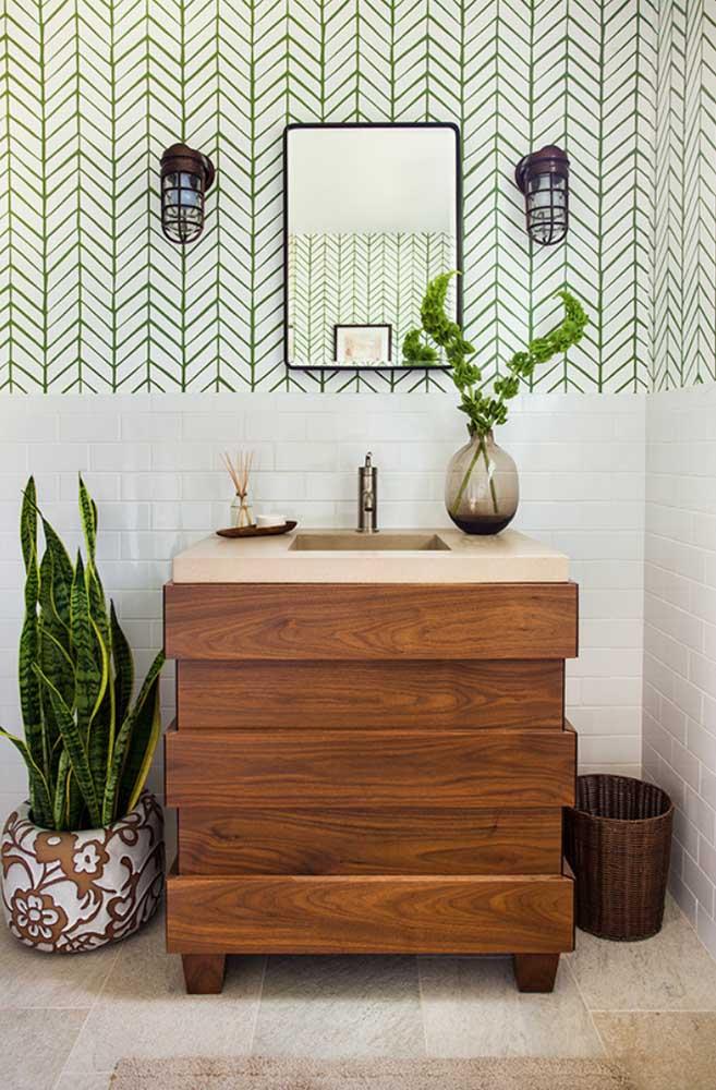Explore formas inusitadas para o seu gabinete; aqui, a ideia foi fazer um jogo visual com as ripas de madeira evidenciando o lado descontraído da decoração