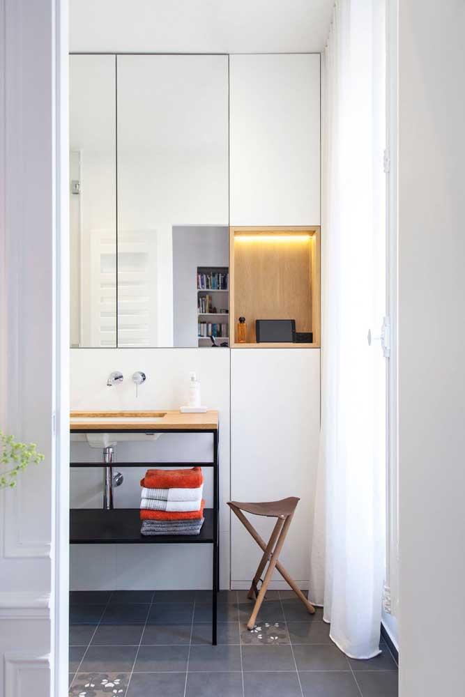 Para quem deseja dar um ar mais industrial para o banheiro pode apostar em um gabinete metálico e aberto