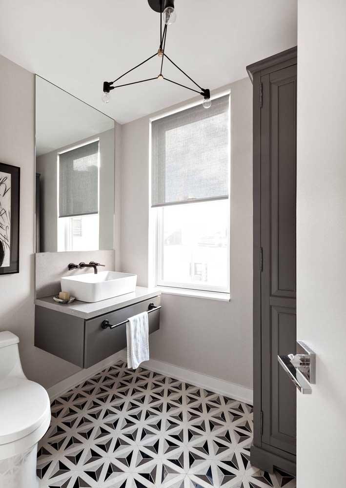 Modelo de gabinete simples e suspenso; o diferencial da peça está na cor e no detalhe do toalheiro que também funciona como puxador