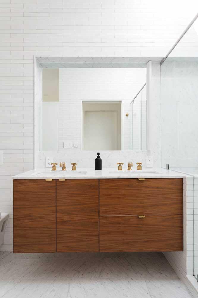 Os gabinetes suspensos são ótimos para facilitar a limpeza do piso e evitar que o móvel entre em contato direto com a água