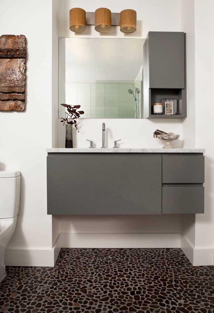 Gabinete de banheiro sob medida; repare como ele se encaixa perfeitamente no vão da parede e ainda traz um espelheiro de companhia