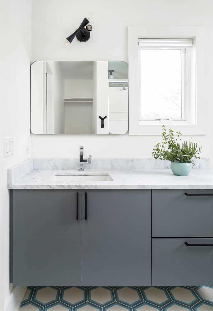 O banheiro pode ser neutro e clean sem precisar cair no branco; esse aqui, por exemplo, investiu no gabinete cinza como diferencial
