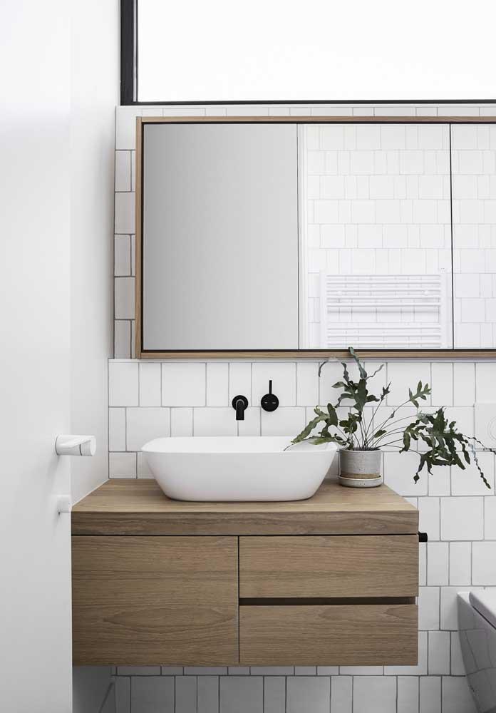 Gabinete de banheiro amadeirado pequeno: modelo fácil de ser encontrado em lojas de construção