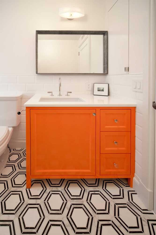 Que tal apostar todas as suas fichas no gabinete do banheiro e pintá-lo com uma cor forte e vibrante?