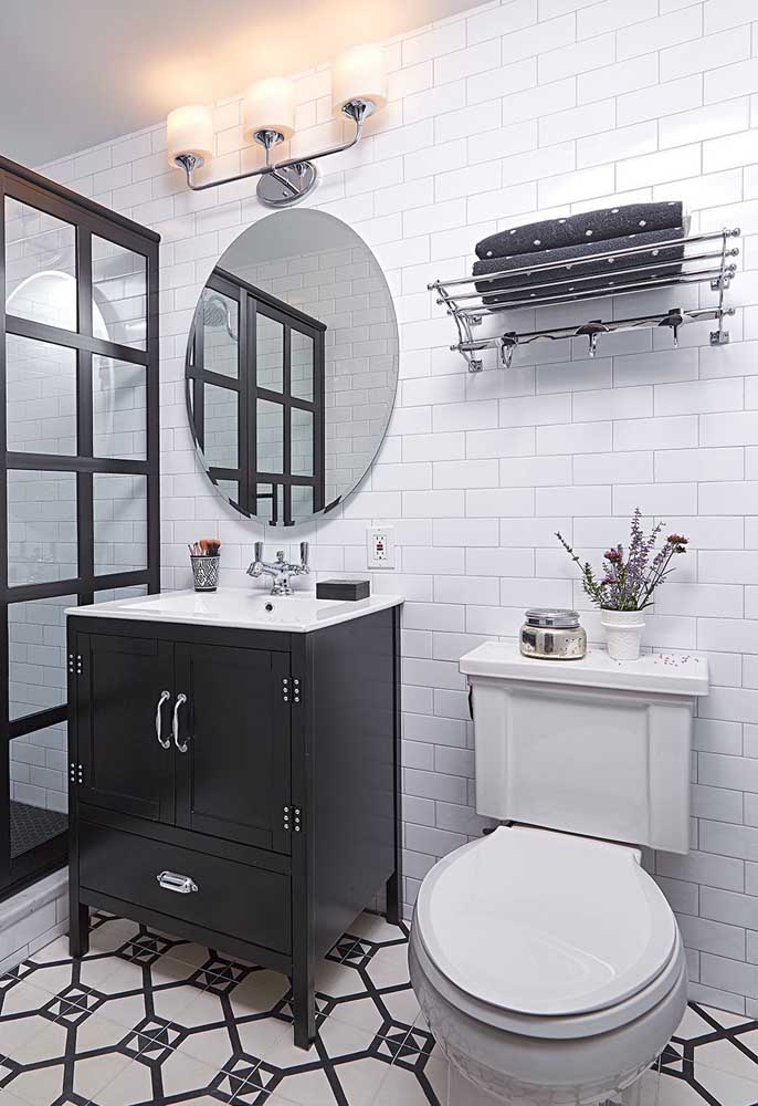Já nesse banheiro de estilo clássico, os tons de preto e branco predominam, inclusive no gabinete