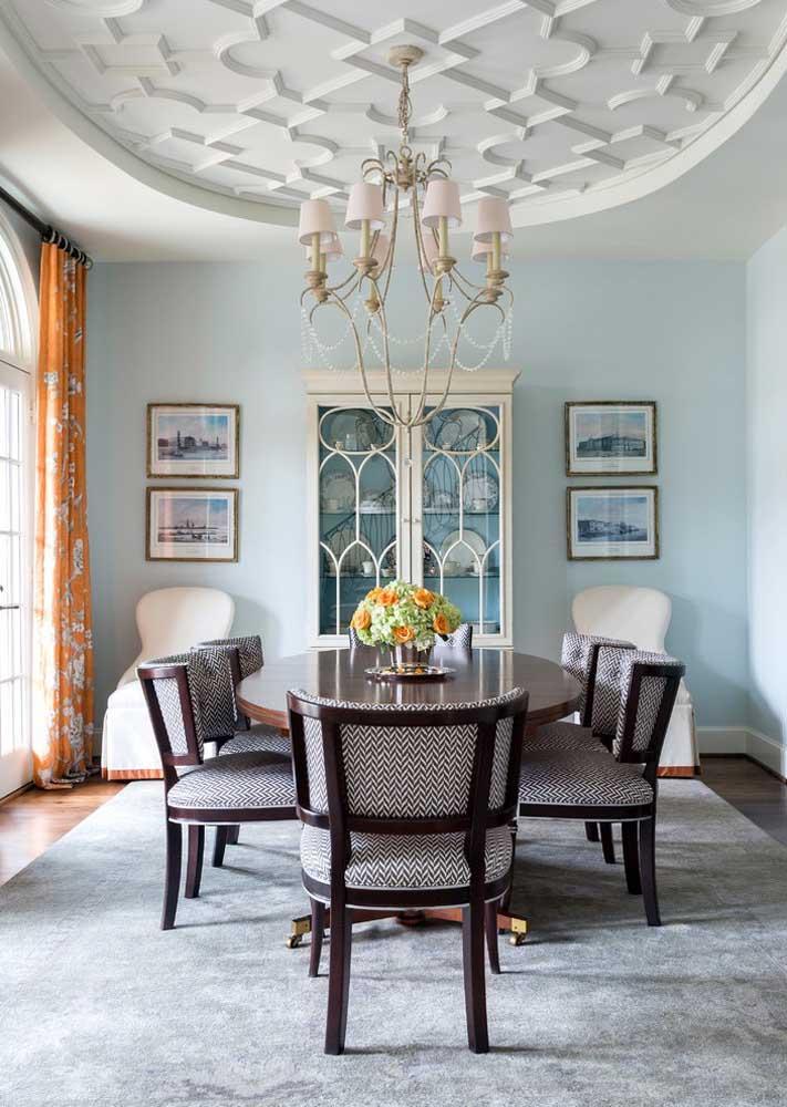 Requinte e elegância com as placas de gesso em formato oval no teto da sala de jantar