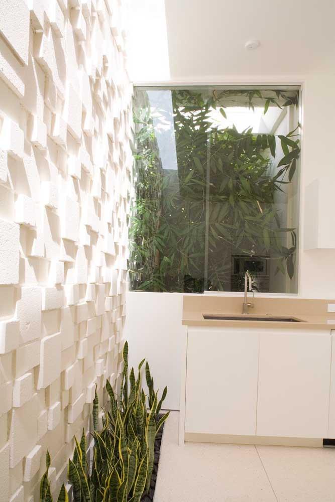 Quer dar mais movimento e vida para o ambiente? Essa escolha de gesso 3D para revestir uma das paredes é ótima