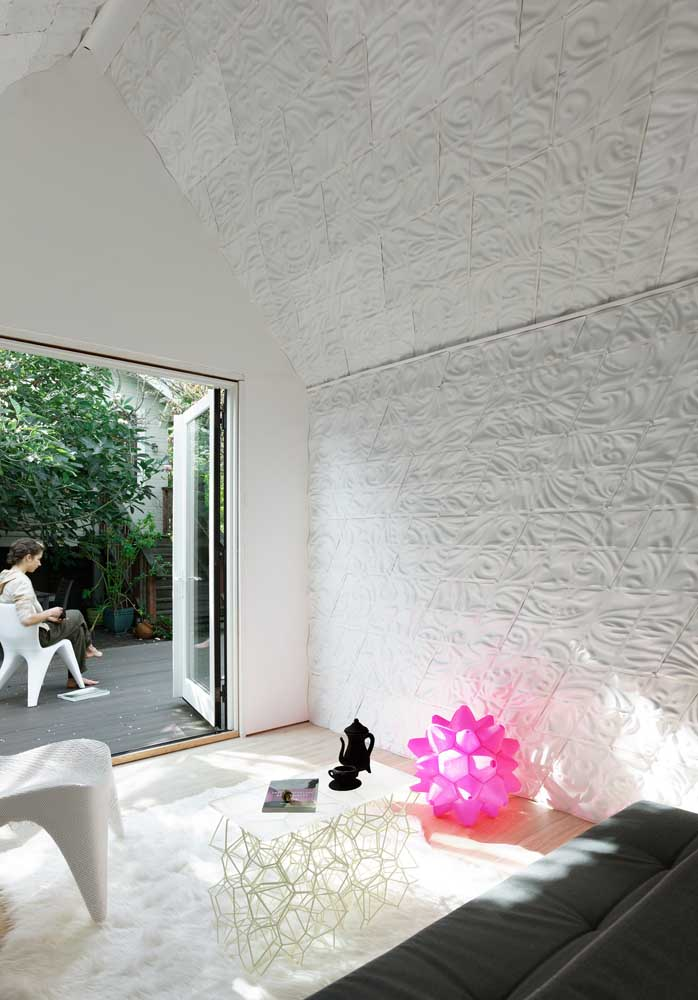 Nesta inspiração, as placas de gesso 3D seguiram da parede ao teto levando movimento e beleza ao ambiente
