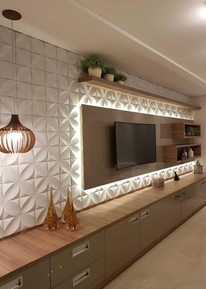 A fita de LED foi usada para contornar o painel da TV nesta sala e aumentou o potencial de decoração das placas na parede