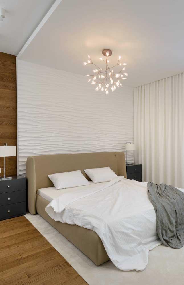 Destaque para a moldura em gesso 3D na parede da cama