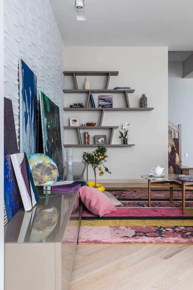 Essa parede ficou apaixonante com a mistura de cores e com o design das placas de gesso