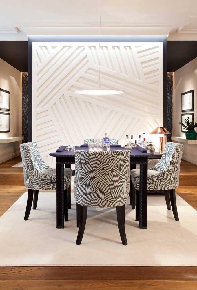A geometria das placas de gesso fez da parede da sala de estar uma obra de arte