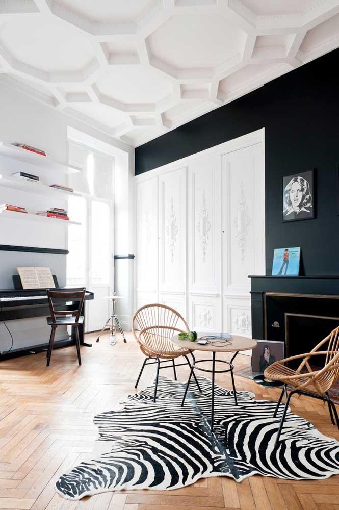 Gesso 3D branco no teto para contrastar com a parede em preto