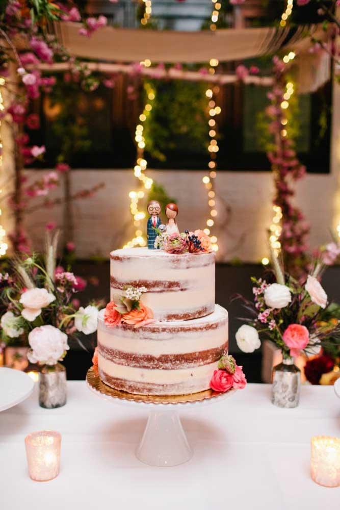 O naked cake é o mais novo queridinho das noivas, mas você pode modelar com chantilly ou até massa americana para dar um toque especial. Na mesa, faça alguns arranjos de flores para colocar dentro de vasos ou garrafas.