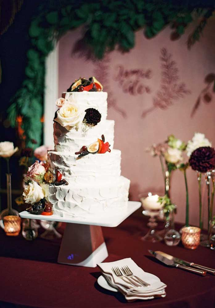 Uma boa opção para decorar o bolo além das flores é cortar algumas frutas e colocar em algumas partes do bolo. A mesa pode ser decorada apenas com algumas flores dentro de vasos personalizados.