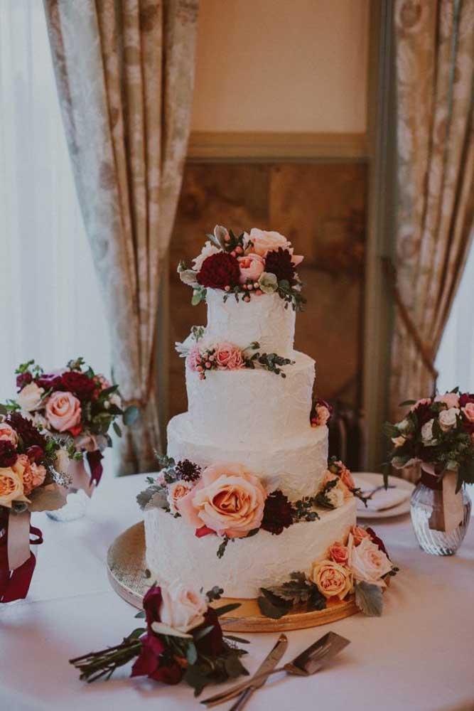 Mas há quem prefira realmente fazer vários arranjos de flores no bolo para não deixá-lo todo branco. O mesmo arranjo usado no bolo pode ser usado na decoração da mesa.